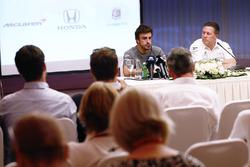 Фернандо Алонсо и исполнительный директор McLaren Technology Group Зак Браун на пресс-конференции, посвященной участию испанца в «Инди-500»