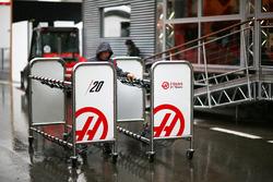 Персонал Haas F1 готовится к Гран При