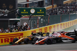 Nico Hulkenberg, Renault Sport F1 Team RS17, Sergio Perez, Sahara Force India F1 VJM10, Fernando Alonso, McLaren MCL32, get involved in a three-way fight in to the first corner