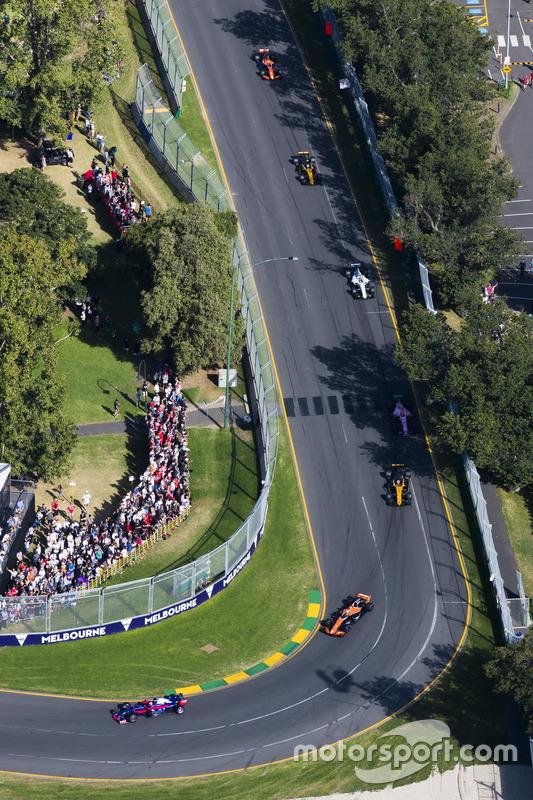 Daniil Kvyat, Scuderia Toro Rosso STR12, leads Fernando Alonso, McLaren MCL32, and Nico Hulkenberg, Renault Sport F1 Team RS17