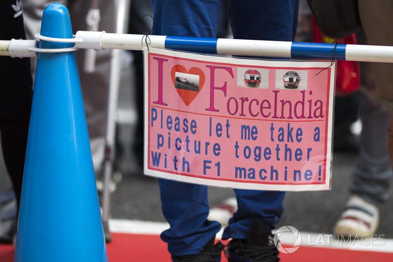 Mensagem de um fã da Force India, que quer tirar uma foto ao lado do carro da equipe.
