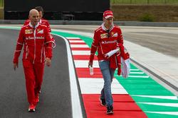 Sebastian Vettel, Ferrari ve Jock Clear, Ferrari Şef Mühendisi ve Riccardo Adami, Ferrari Yarış Mühendisi