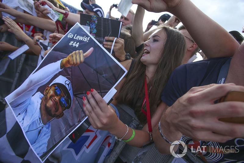 Un fan a la espera de un autógrafo de Lewis Hamilton, Mercedes AMG F1