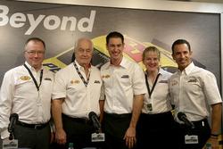 Colin Abraham, Shell; Roger Penske, Team Penske; Joey Logano, Team Penske; Sydney Kimball, Shell; Helio Castroneves; IndyCar-Pilot
