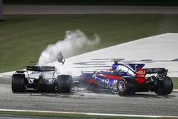 Lance Stroll, Williams FW40, Carlos Sainz Jr., Toro Rosso STR12, collide and retire