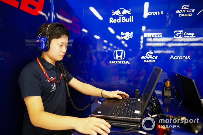 Mekanik Toro Rosso Honda tengah bertugas