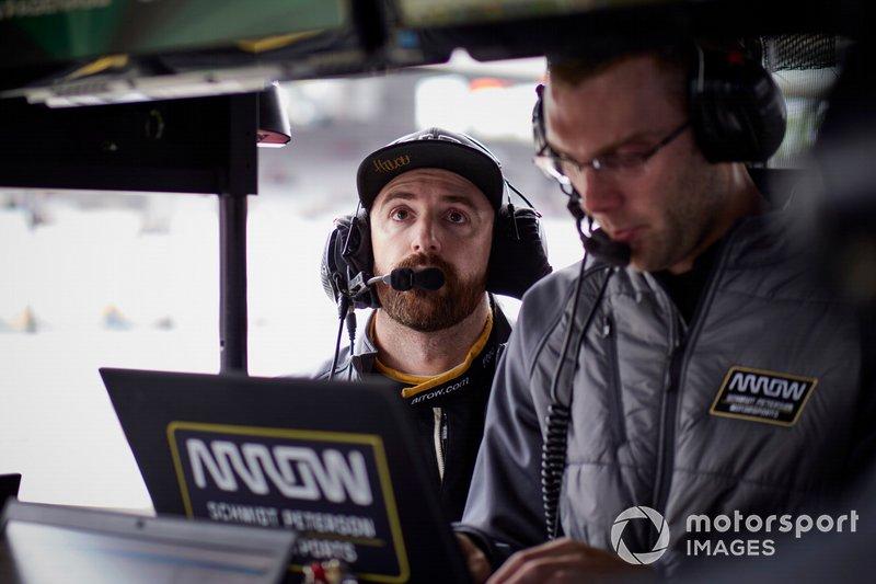 James Hinchcliffe, Arrow Schmidt Peterson Motorsports Honda, with race engineer Will Anderson.