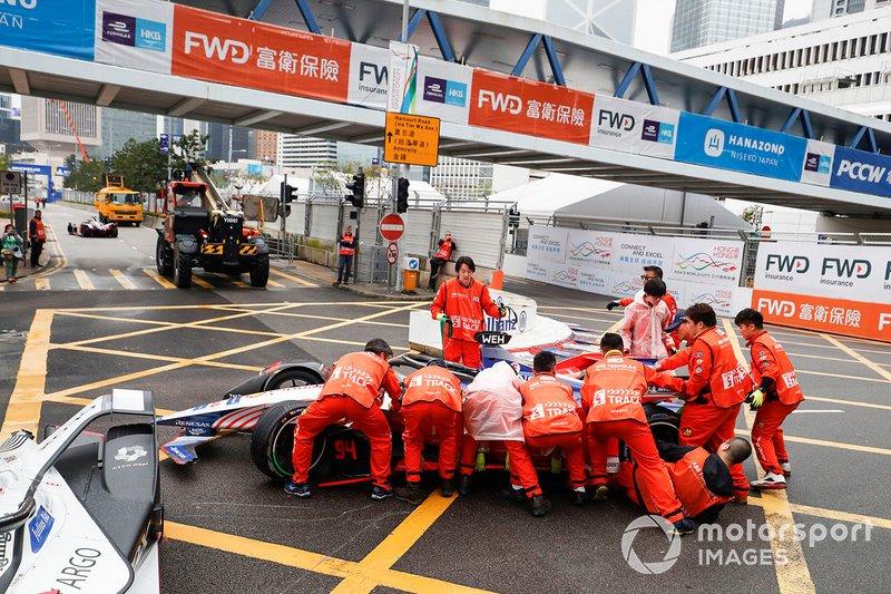 Marshals push the car of Pascal Wehrlein, Mahindra Racing, M5 Electro away