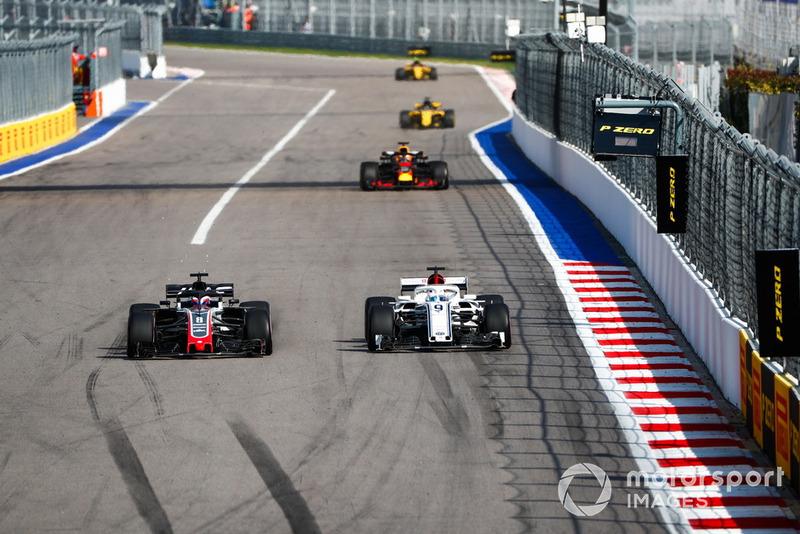 Romain Grosjean, luchó con Marcus Ericsson, con Verstappen detrás y los Renault al fondo