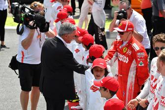 Chase Carey, Chief Executive Officer ed Executive Chairman del Formula One Group e Kimi Raikkonen, Ferrari, in griglia di partenza