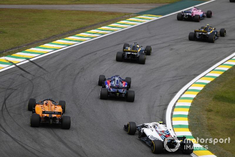 Sergey Sirotkin, Williams FW41, Fernando Alonso, McLaren MCL33, y Brendon Hartley, Toro Rosso STR13.