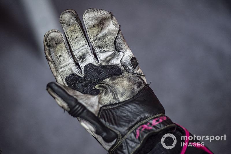 Un gant de Bradley Smith