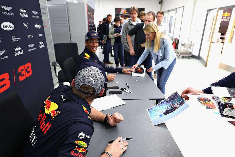 Max Verstappen, Red Bull Racing e Daniel Ricciardo, Red Bull Racing, parlano con i membri del team Red Bull Racing