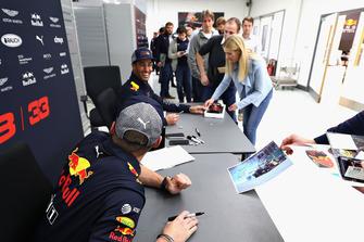 Max Verstappen, Red Bull Racing and Daniel Ricciardo, Red Bull Racing talk with Red Bull Racing team members