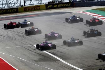Kimi Raikkonen, Ferrari SF71H, supera Lewis Hamilton, Mercedes AMG F1 W09 EQ Power+, alla prima curva, mentre guidano il gruppo alla partenza