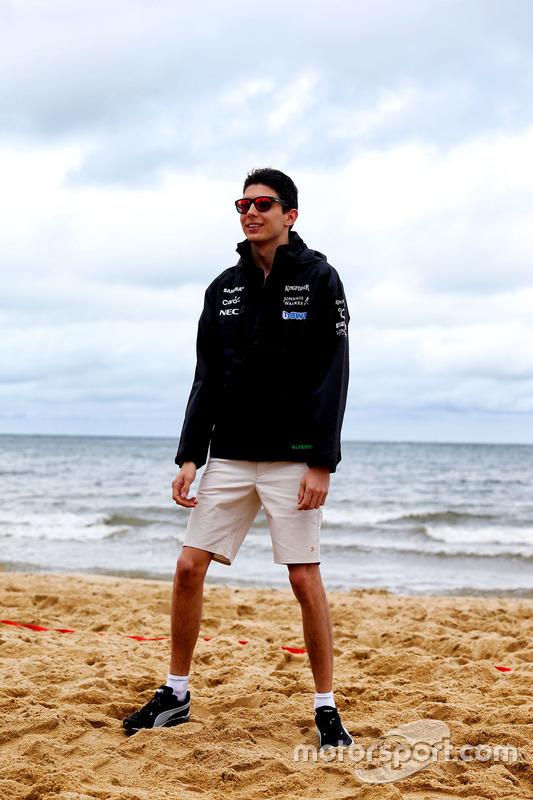 Esteban Ocon, Sahara Force India F1 Team juega voleibol en la playa de Brighton