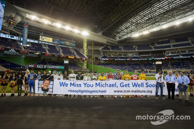 Los pilotos se alinean con un tributo para Michael Schumacher