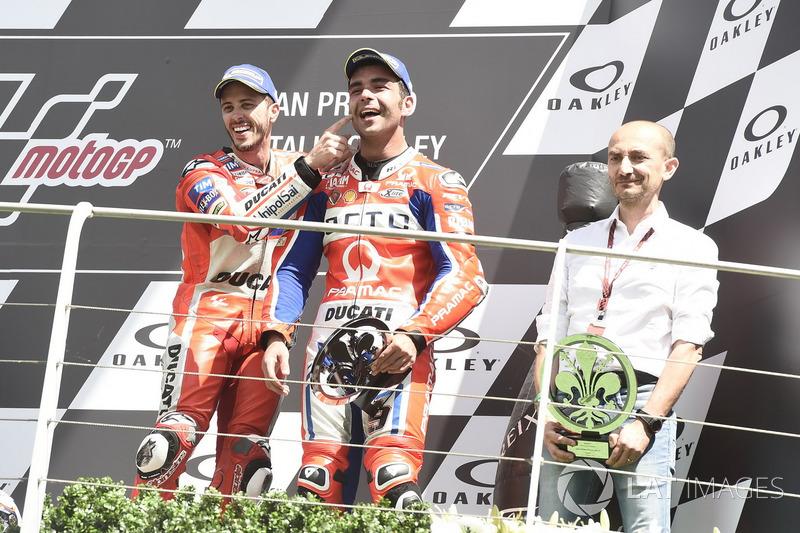Подіум: третє місце Даніло Петруччі, Pramac Racing, Клаудіо Доменікале, генеральний директор Ducati, переможець гонки Андреа Довіціозо, Ducati Team