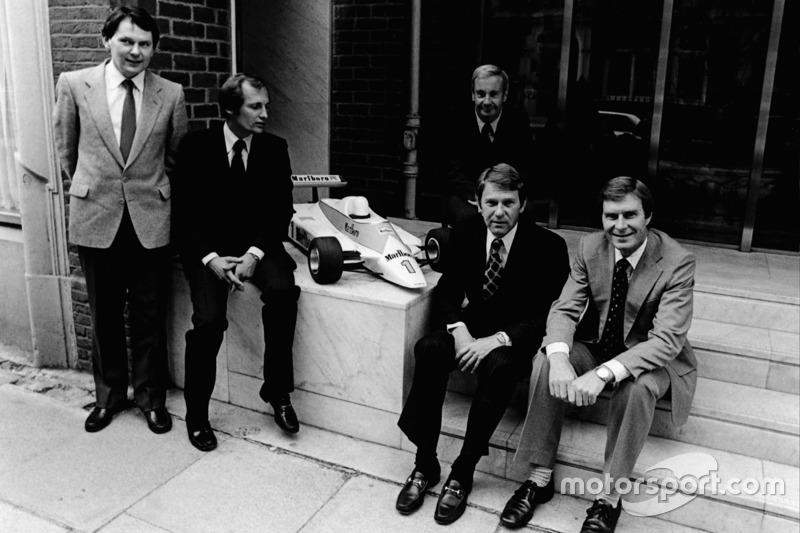 Слева направо: Джон Барнард, Рон Деннис, Тедди Майер, Тайлер Александр и Крейтон Браун с масштабной моделью McLaren MP4-1