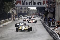 Rene Arnoux, Renault RE30B vor Riccardo Patrese, Brabham BT49D-Ford Cosworth; Bruno Giacomelli, Alfa