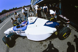 Ukyo Katayama, Tyrrell 024 sale de boxes con neumáticos delanteros montados en la parte trasera