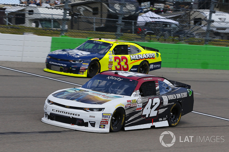 Tyler Reddick, Chip Ganassi Racing Chevrolet y Brandon Jones, Richard Childress Racing Chevrolet