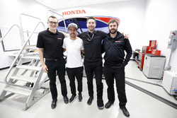 Fernando Alonso in the Honda Performance Development simulator with the HPD engineers