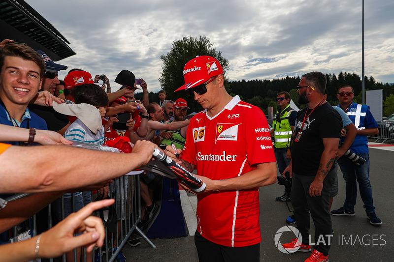 Кімі Райкконен, Ferrari signs autographs for the підписує автографи уболівальникам