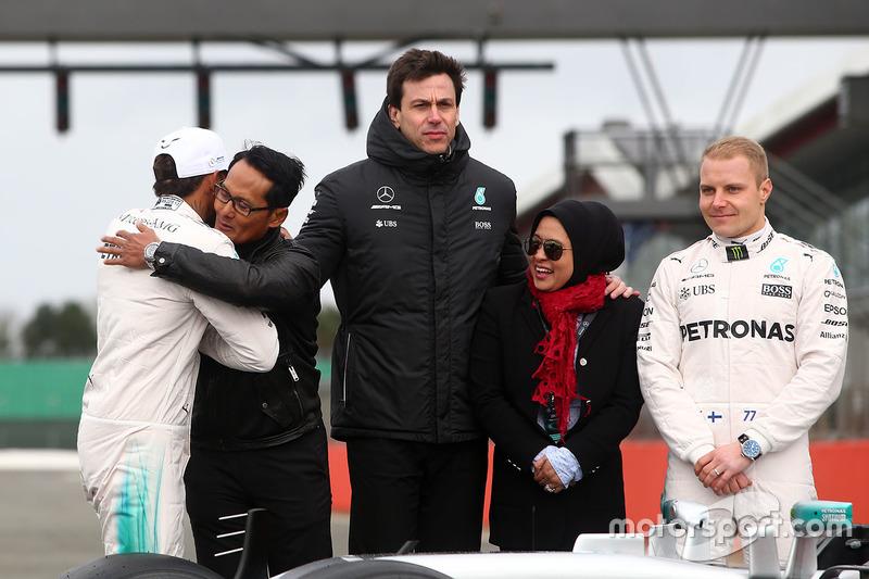 Lewis Hamilton, Valtteri Bottas und Mercedes-Sportchef Toto Wolff mit Gästen