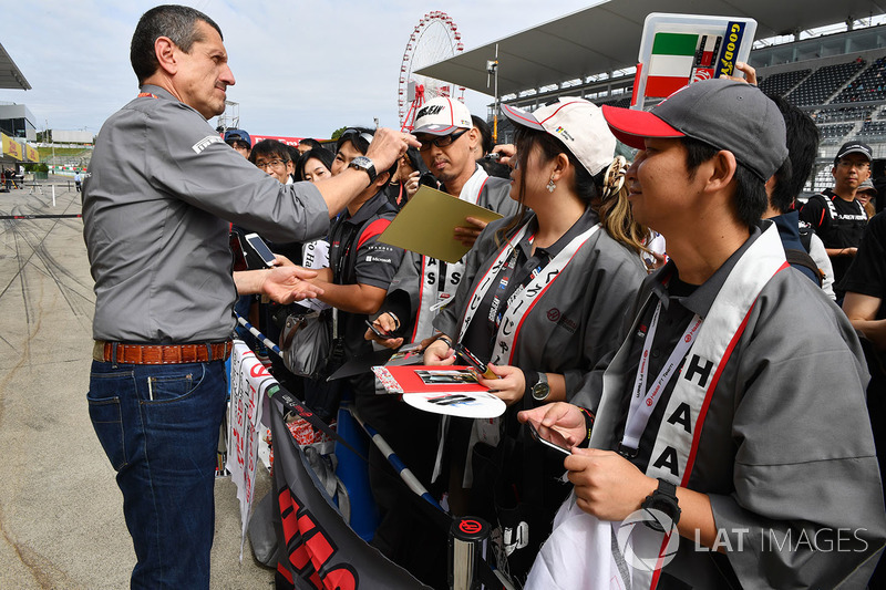 Até o diretor da Haas, Gunther Steiner, autografou objetos para os fãs da equipe.