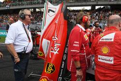 Jo Bauer, FIA Technical Delegate watches Ferrari mechanics around the car of Kimi Raikkonen, Ferrari SF70H