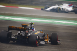 Jolyon Palmer, Renault Sport F1 Team RS17, spins off on slick tyres, ahead of Felipe Massa, Williams FW40