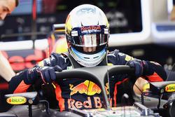 Daniel Ricciardo, Red Bull Racing RB13, steigt ins Auto mit Halo