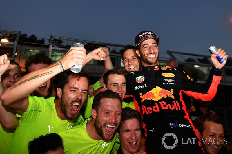 Ganador, Daniel Ricciardo, Red Bull Racing celebra con el equipo
