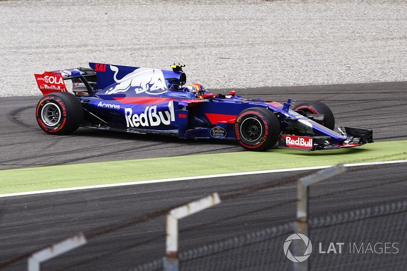 Carlos Sainz Jr., Scuderia Toro Rosso STR12, spins at the Parabolica