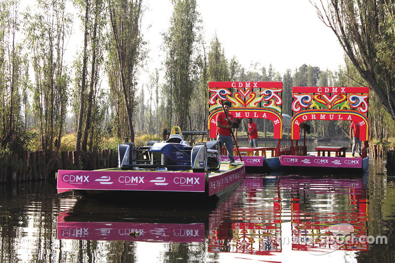 Show Car de Fórmula E a bordo de una trajinera en Xochimilco