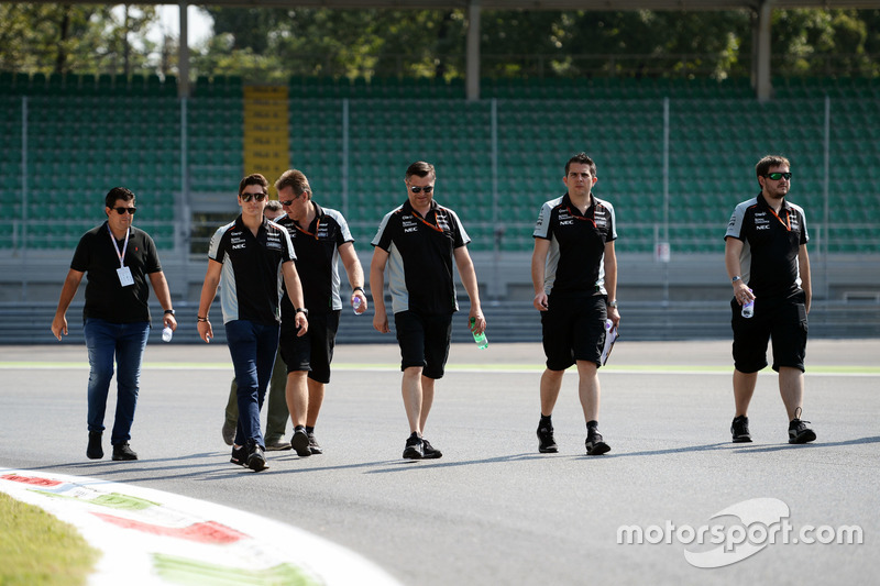 Alfonso Celis Jr., Sahara Force India F1 Development Driver walks the circuit with the team