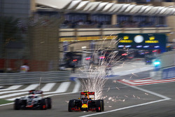 Искры из-под машин Ромена Грожана, Haas F1 Team VF-16 и Даниила Квята, Red Bull Racing RB12