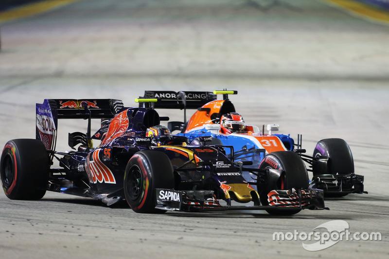 Carlos Sainz Jr., Scuderia Toro Rosso STR11 Y Esteban Ocon, Manor Racing MRT05 Batalla por la posición