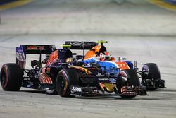 Карлос Сайнс, Scuderia Toro Rosso STR11 и Эстебан Окон, Manor Racing MRT05