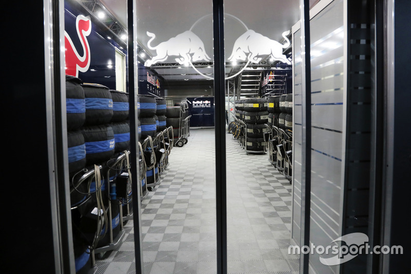 Gece Red Bull Racing pit binası