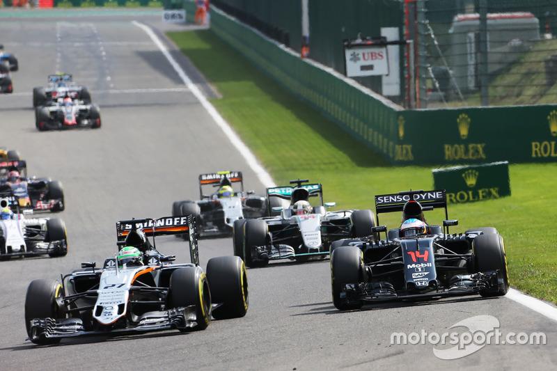 Nico Hulkenberg, Sahara Force India F1 VJM09 e Fernando Alonso, McLaren MP4-31 lottano per la posizi