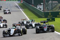 Nico Hulkenberg, Sahara Force India F1 VJM09 y Fernando Alonso, McLaren MP4-31 Batalla de posición