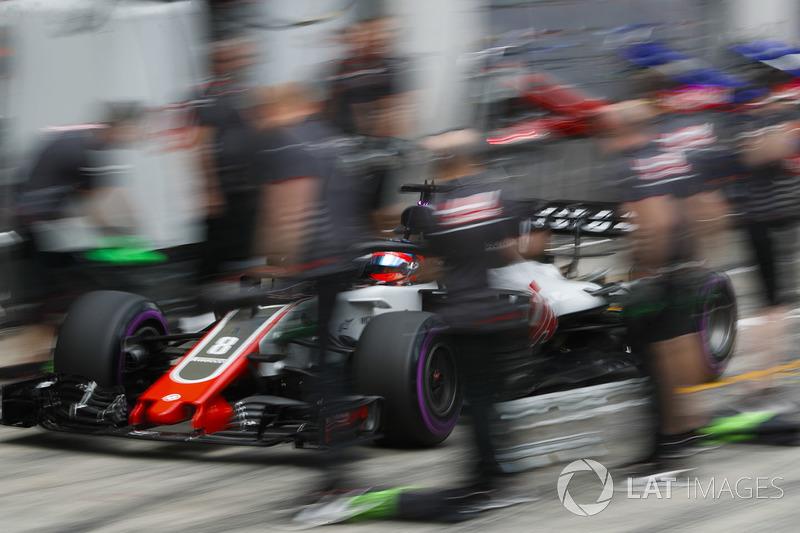 Romain Grosjean, Haas F1 Team VF-18, hace un pitstop durante la clasificación
