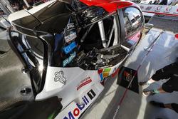 De beschadigde auto van Jari-Matti Latvala, Miikka Anttila, Toyota Gazoo Racing WRT Toyota Yaris WRC