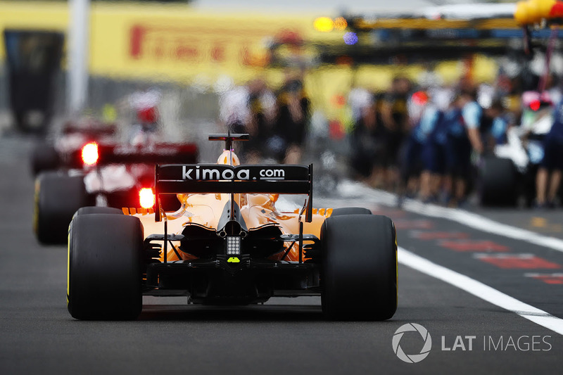 Fernando Alonso, McLaren MCL33, returns to the pits