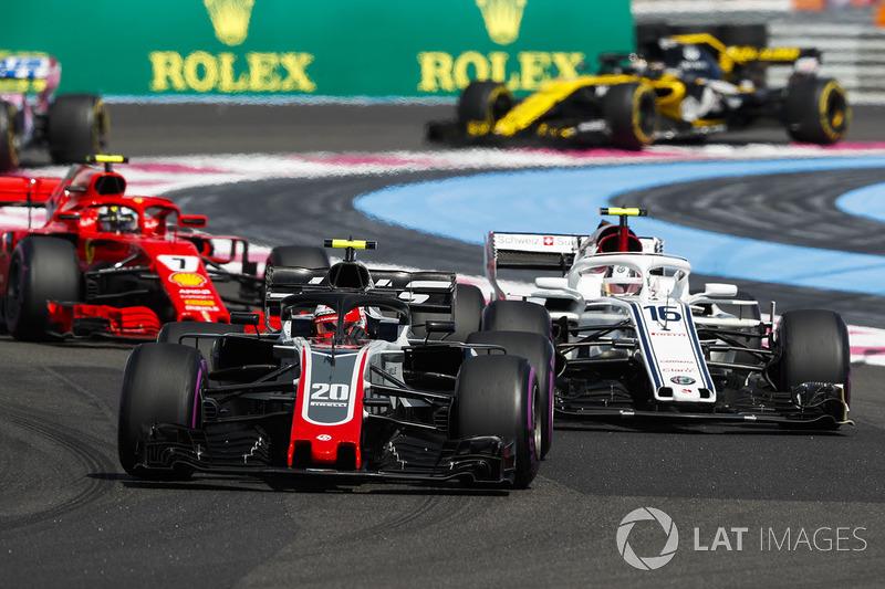 Kevin Magnussen, Haas F1 Team VF-18, Charles Leclerc, Sauber C37, y Kimi Raikkonen, Ferrari SF71H