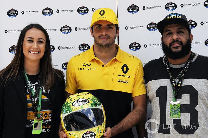 Alessandra Valllini, Fundación Ayrton Senna, Carlos Sainz Jr., Renault Sport F1 Team, con una edición especial de su casco diseñado por Shock Maravillha