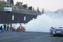 Marc Marquez, Dani Pedrosa, Repsol Honda Team effettua dei burnout con una Honda NSX Super GT cars