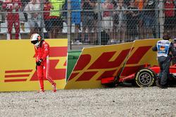 Sebastian Vettel, Ferrari SF71H revient en marchant après son crash